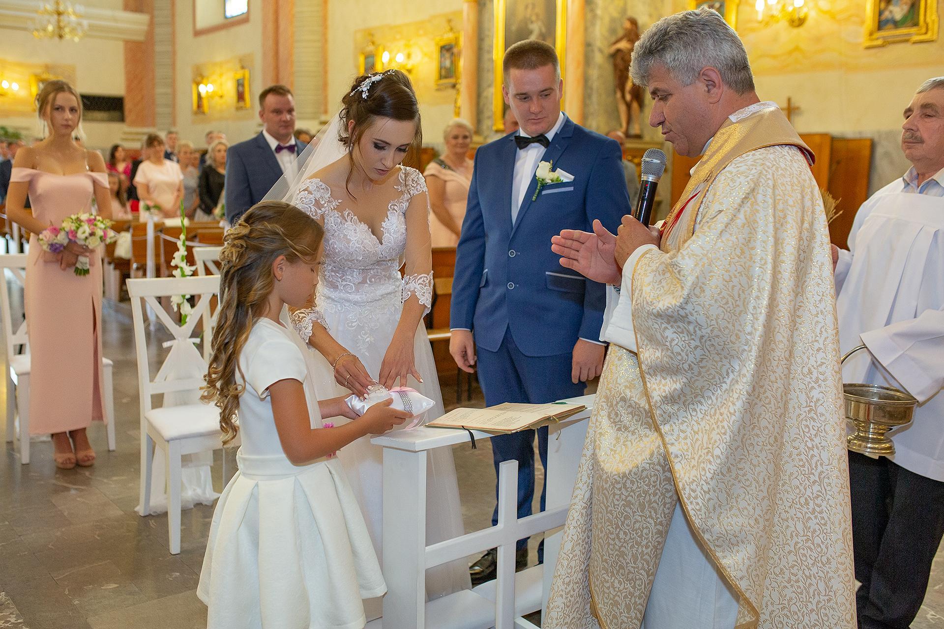 Dziewczynka podająca obrączki na ślubie