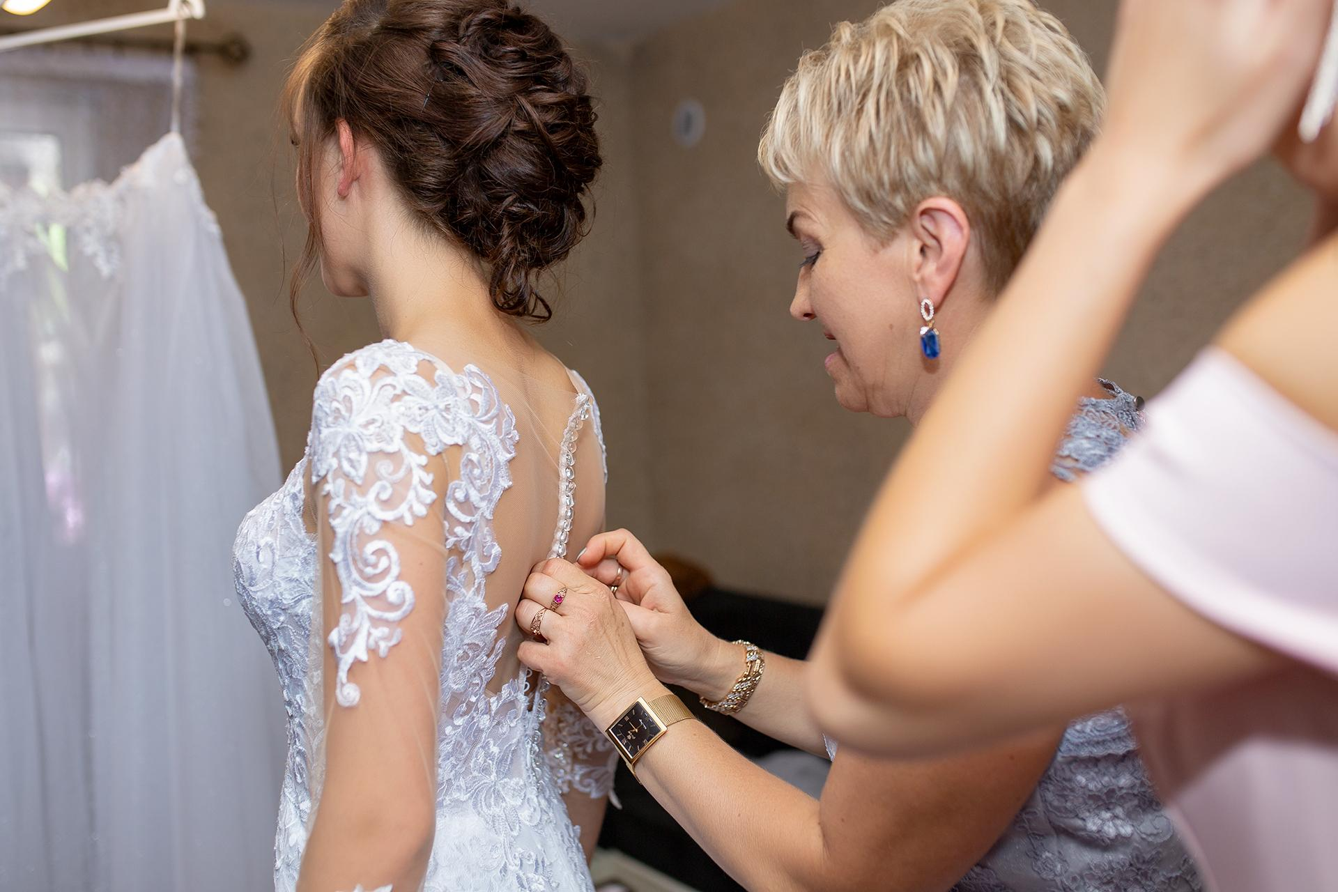 Pani Młoda - zapinanie sukni ślubnej