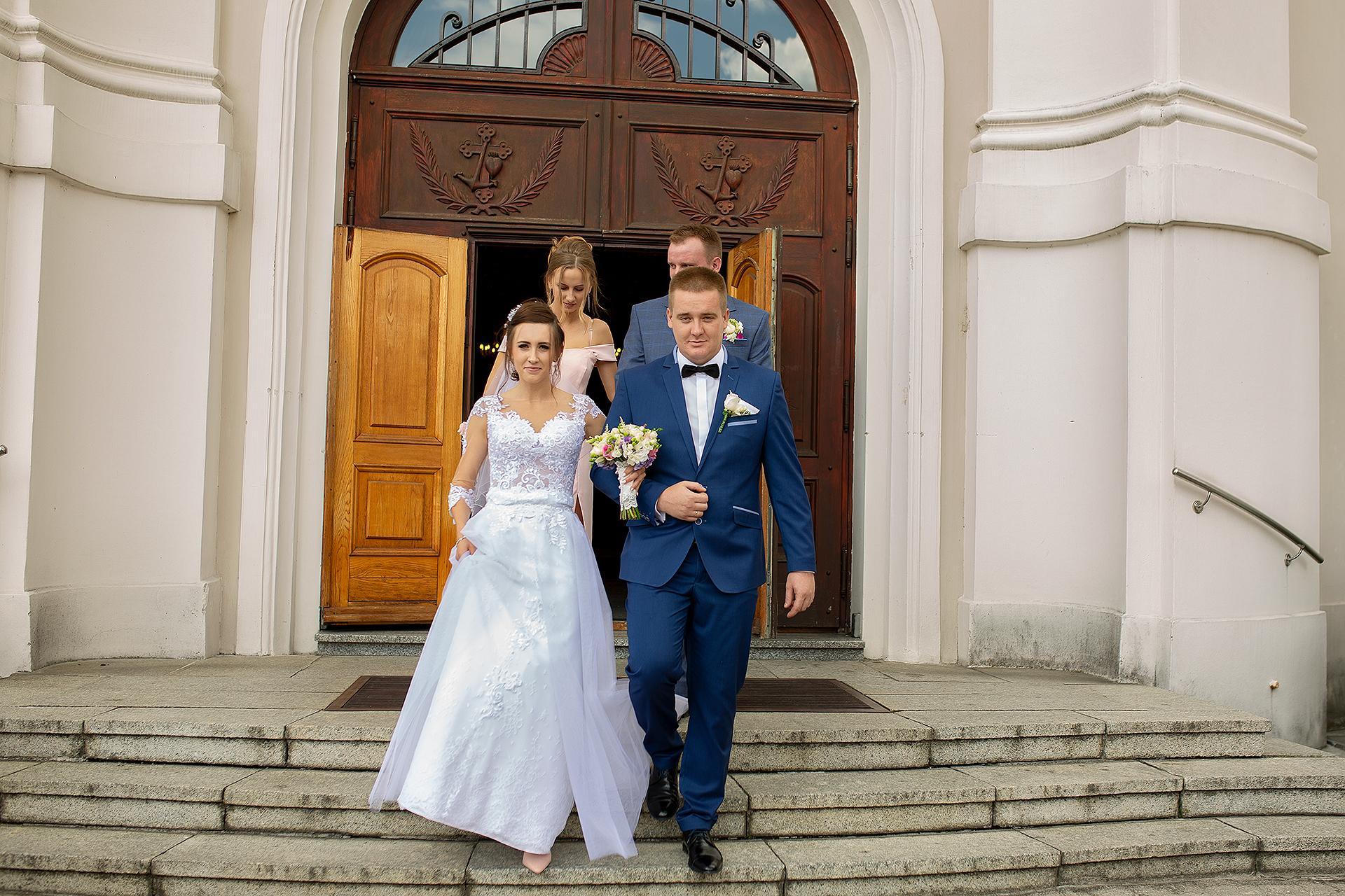 Reportaż ślubny - wyjście z kościoła