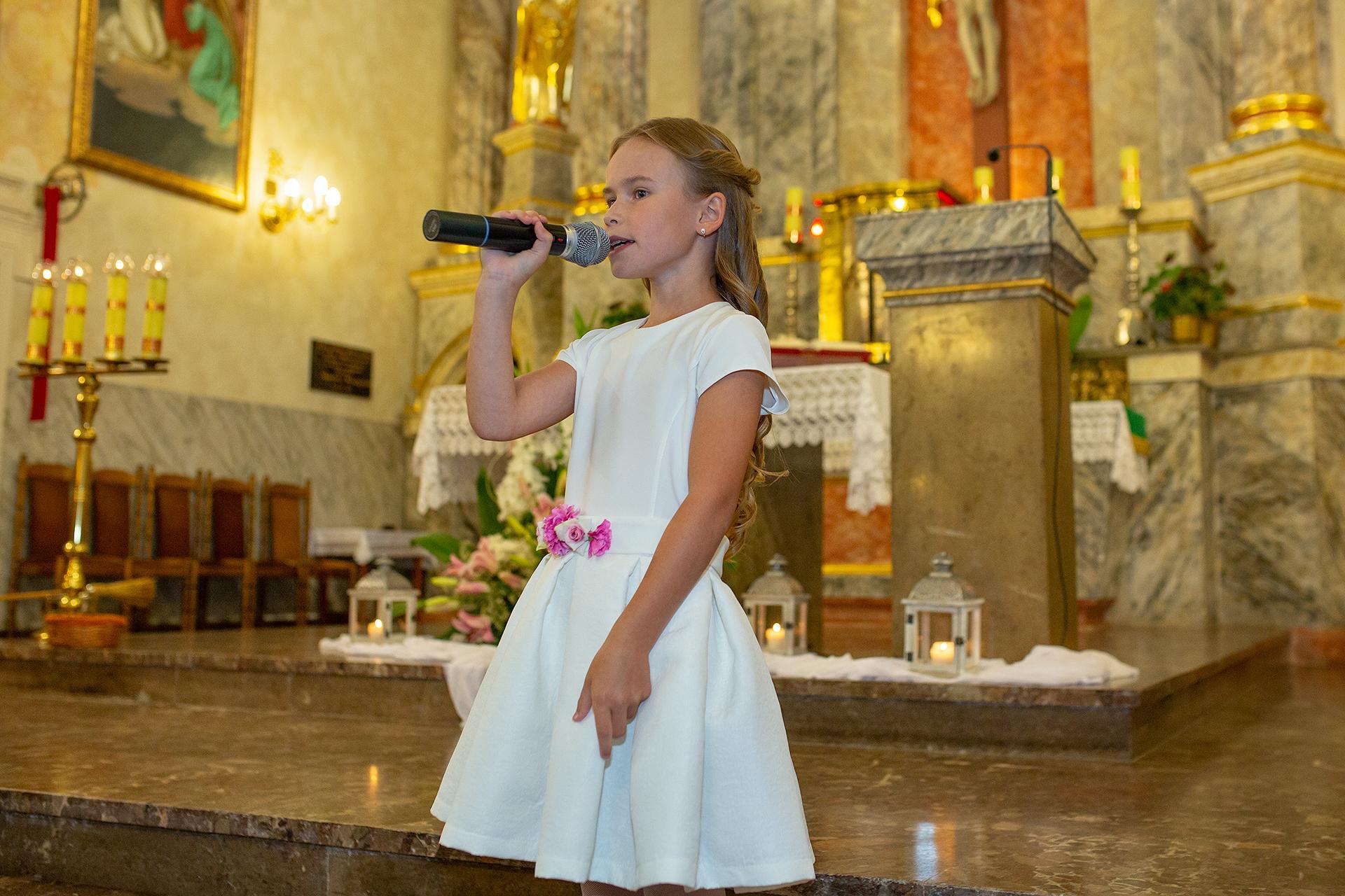 Śpiewająca dziewczynka w kościele