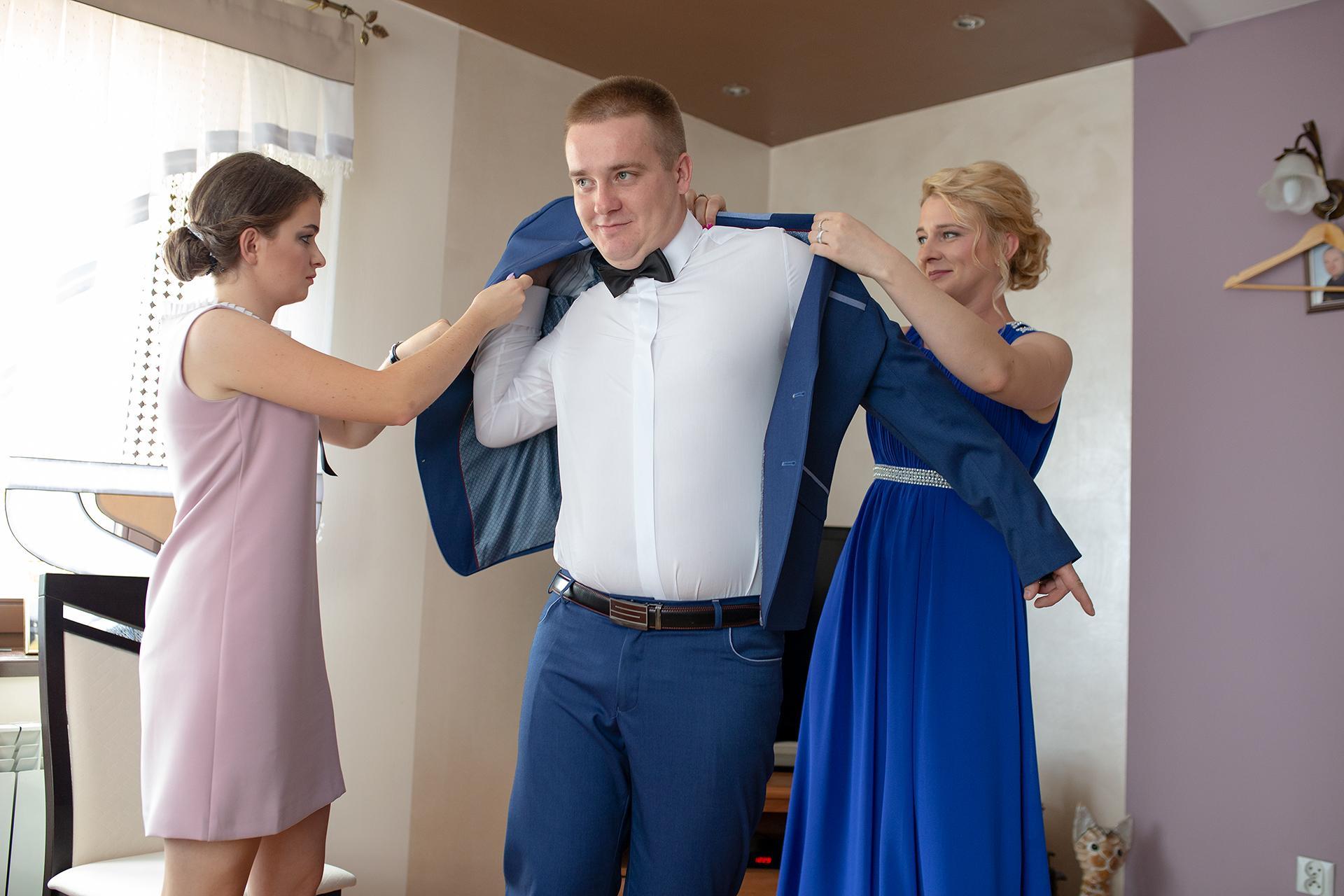 Zakładanie marynarki - przygotowania do ślubu