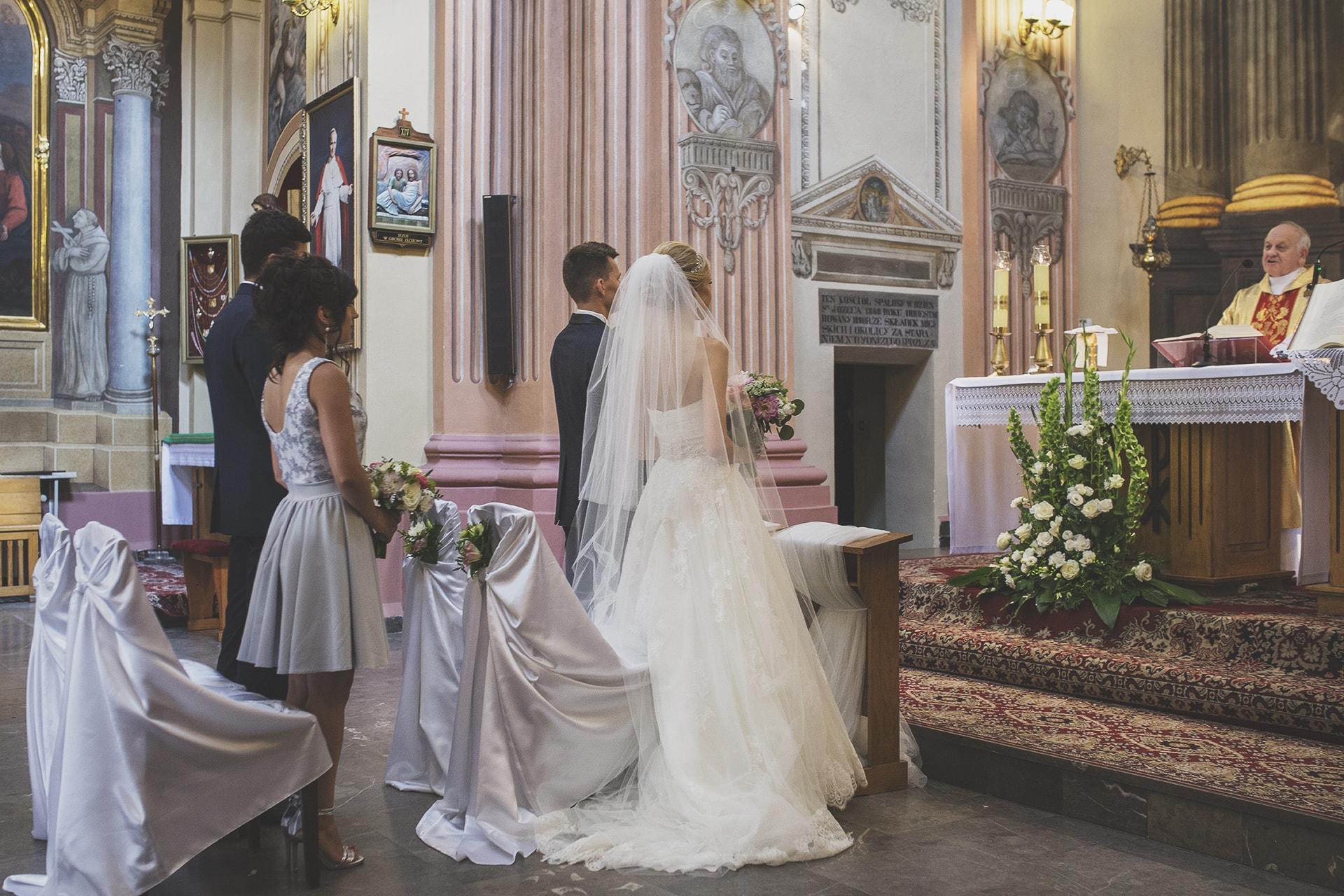 Nowożeńcy w kościele