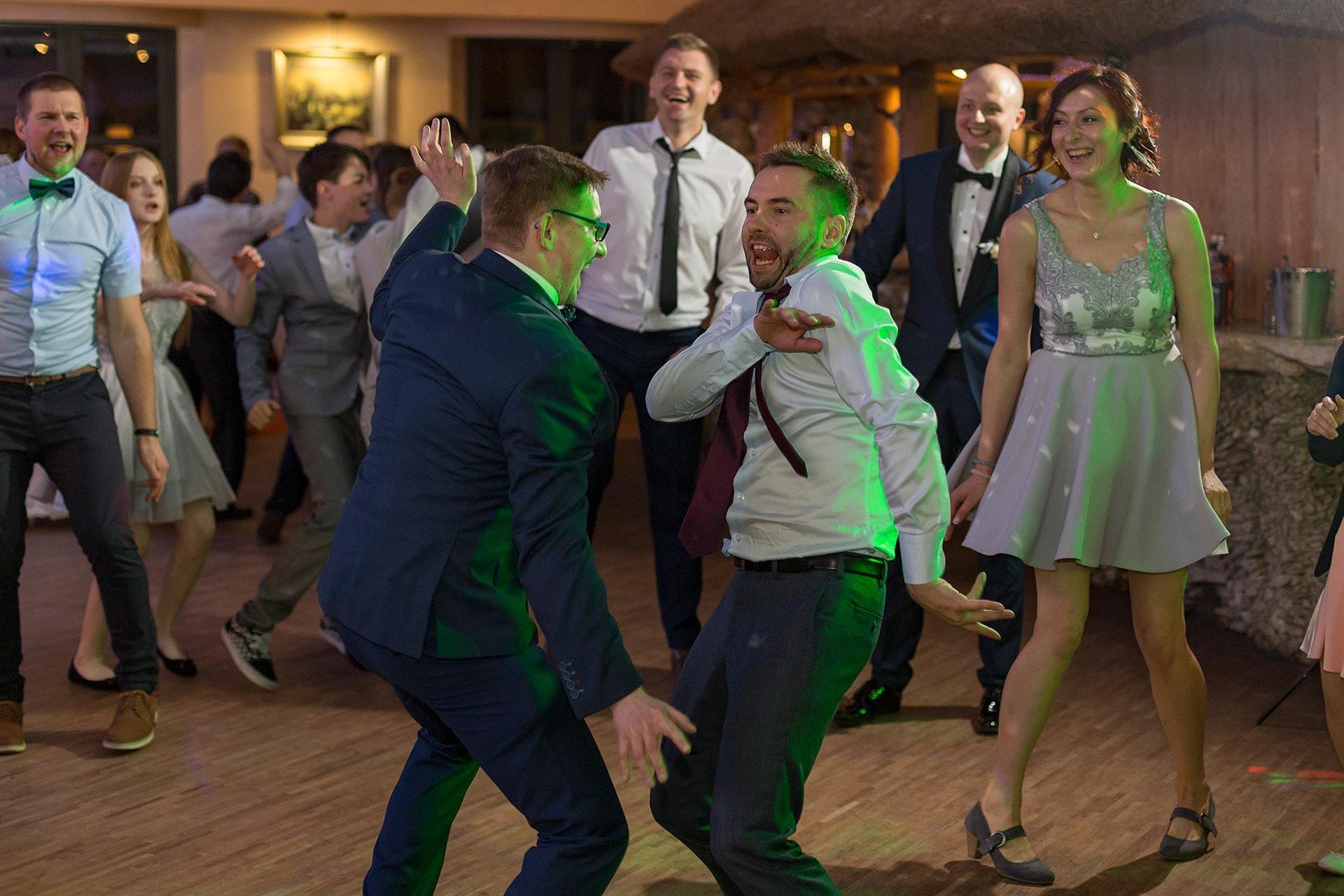 Bawiący goście weselni