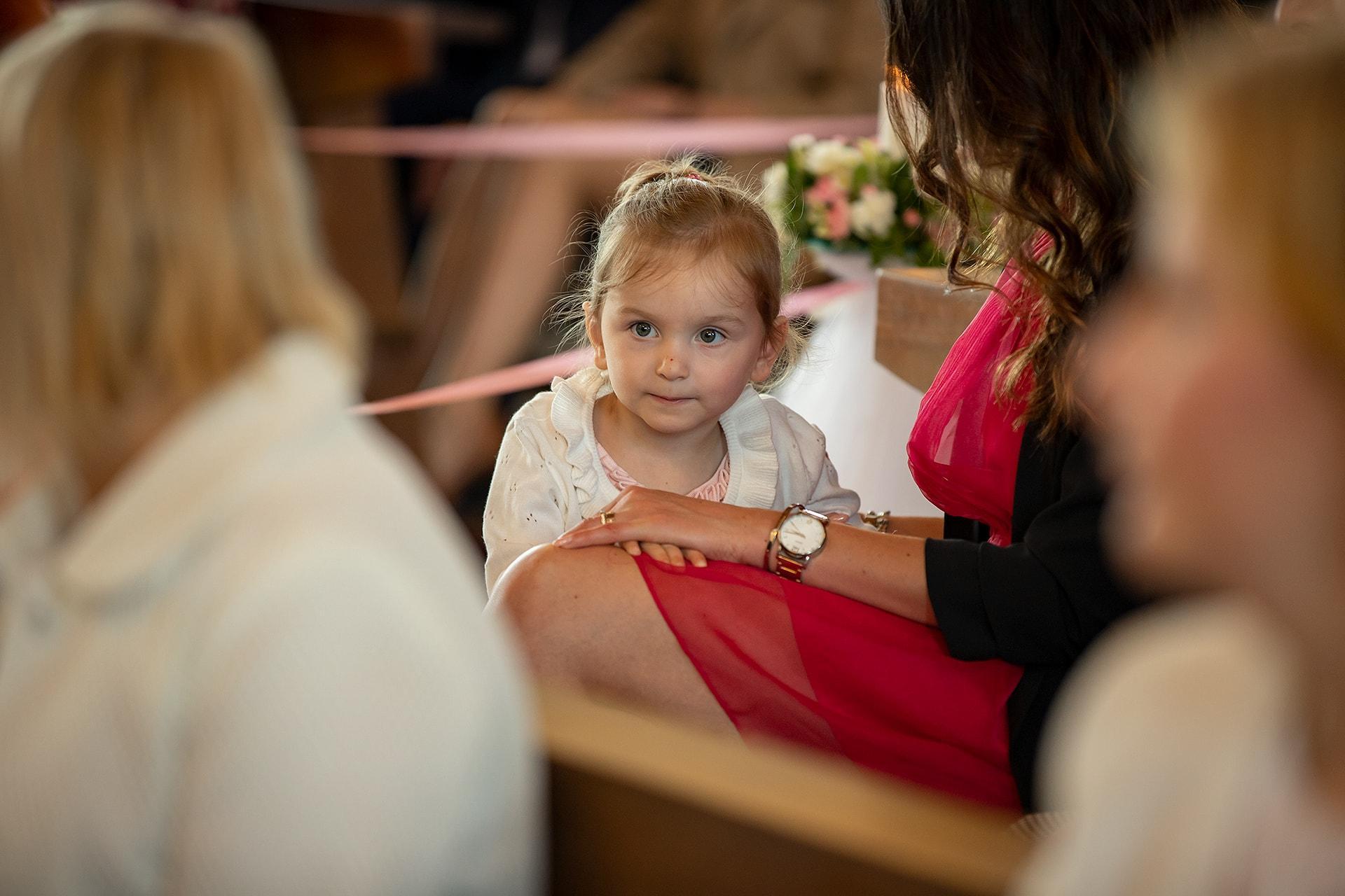 Reportaż ślubny - dzieci w kościele
