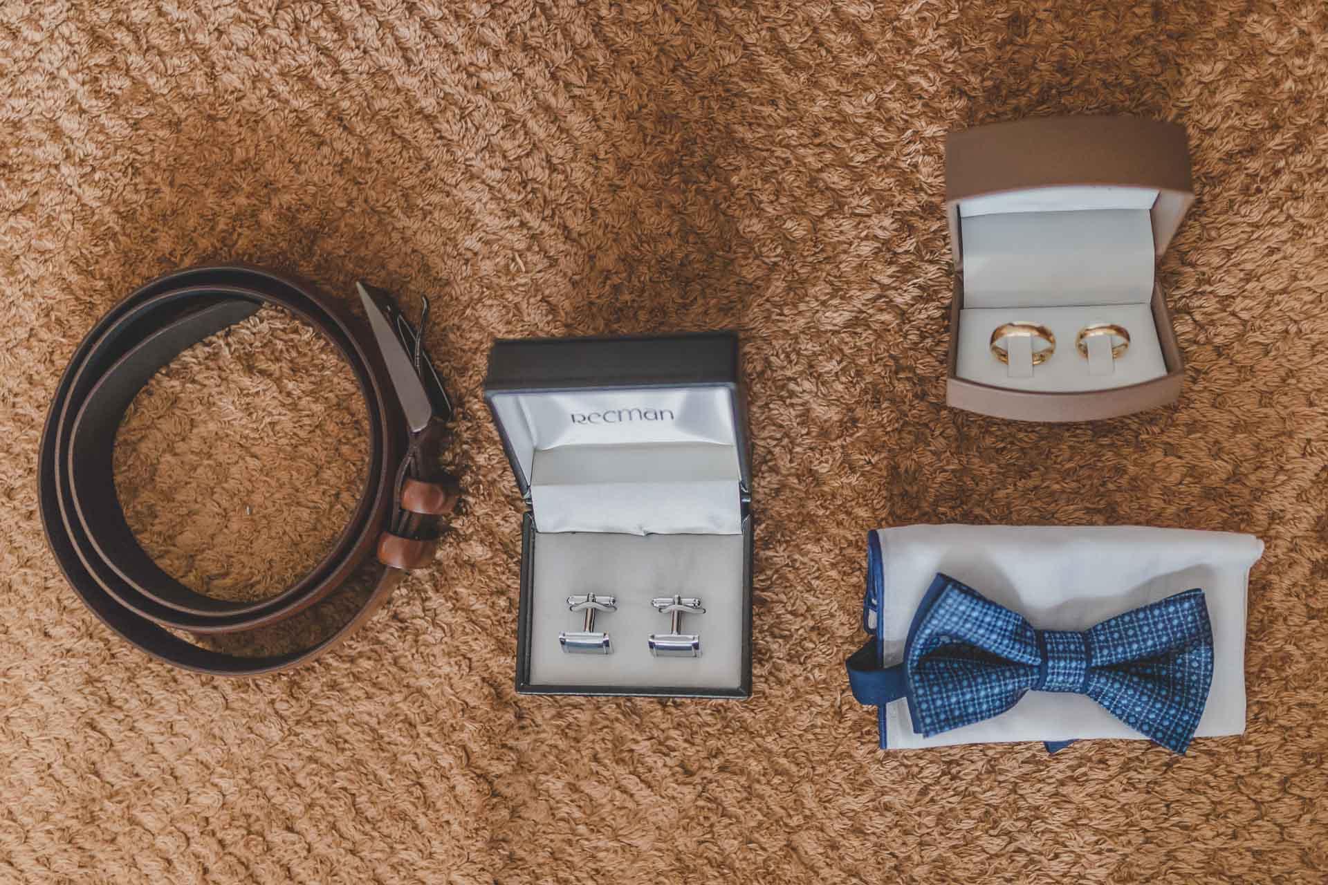 Detal ślubny - przypinki obrączki mucha pana młodego