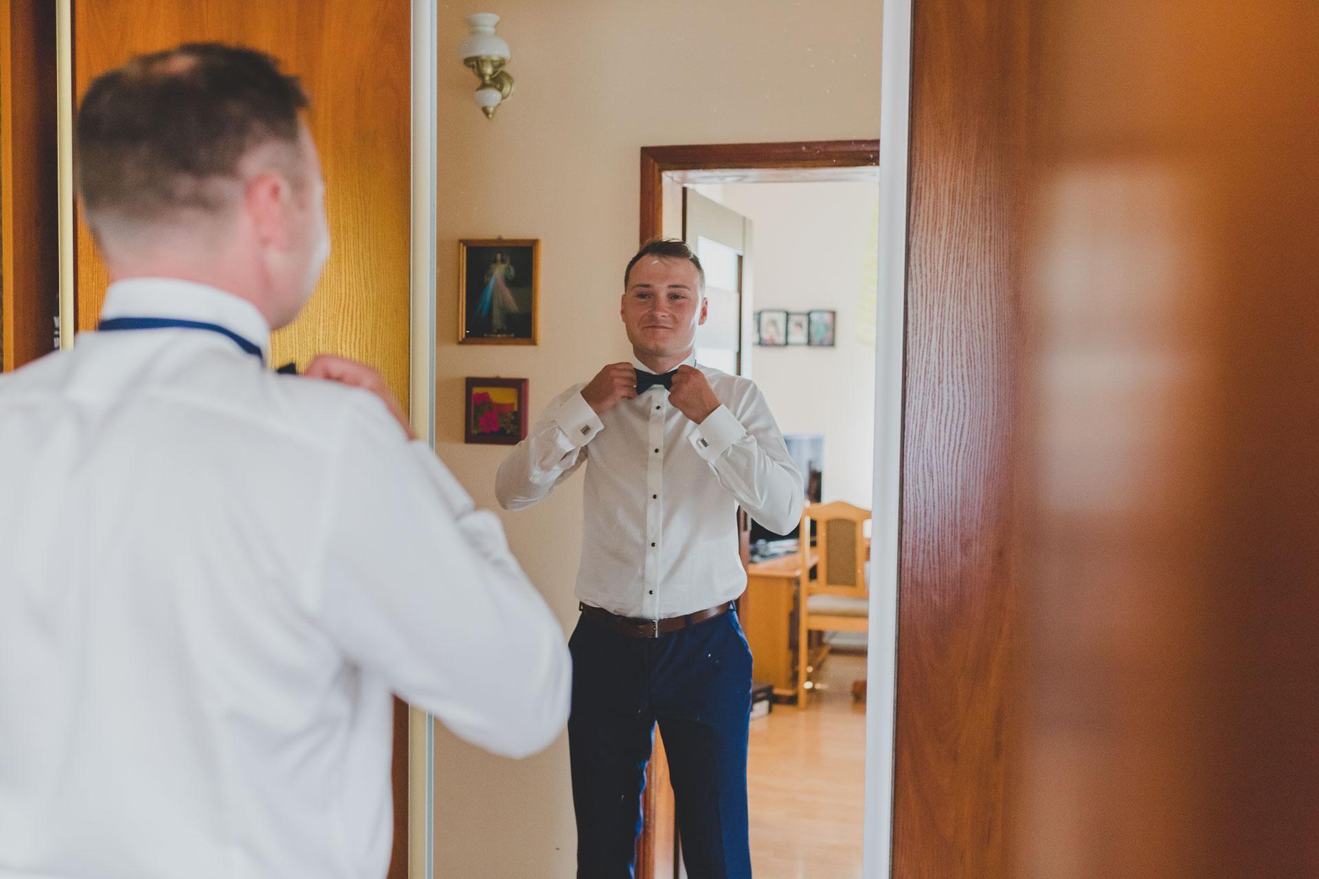 Pan młody przeglądający się w lustrze