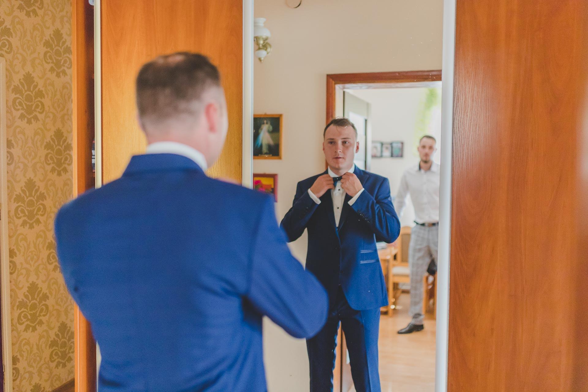 Przygotowania ślubne w domu pana młodego