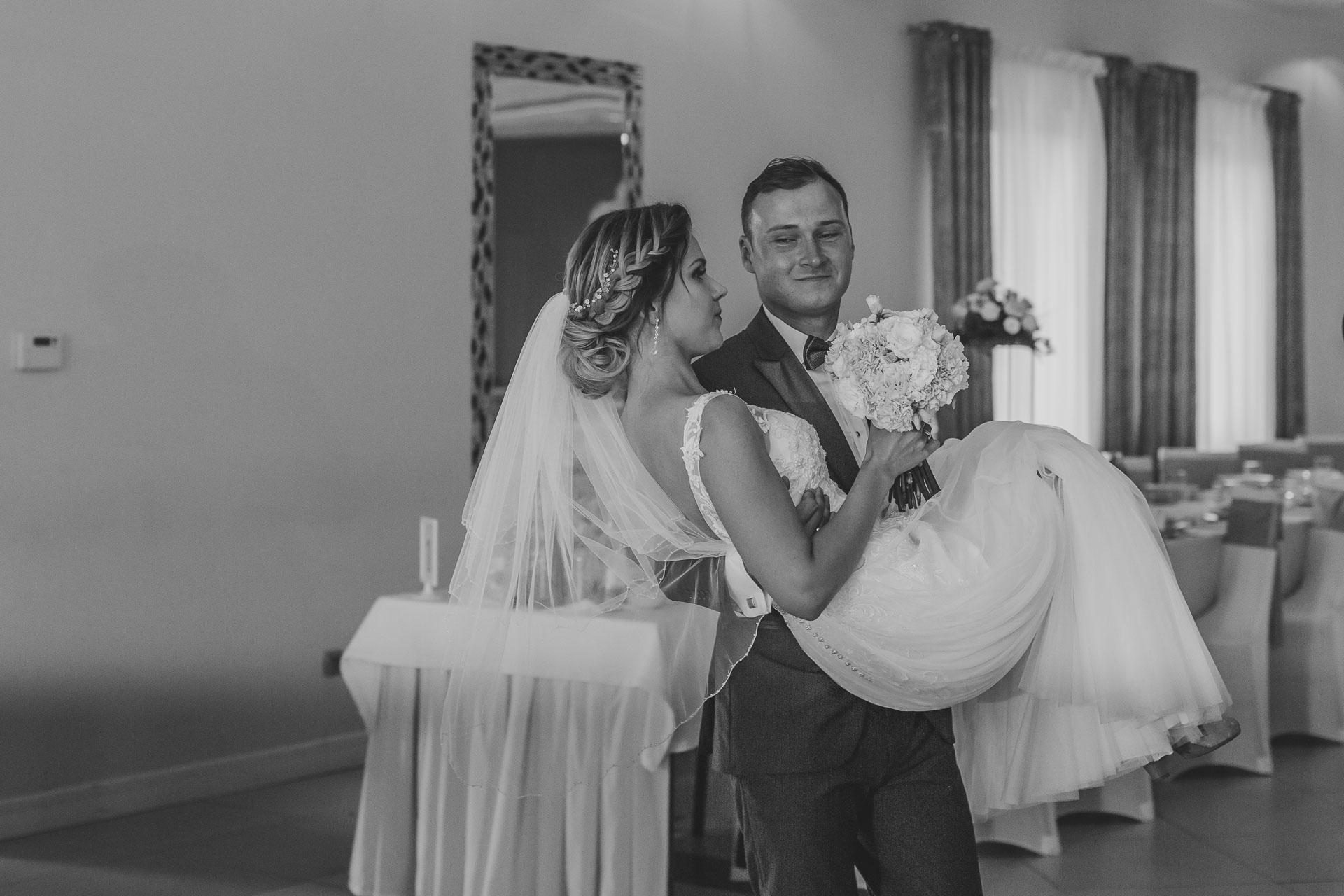 Reportaż ślubny - wejście na salę weselną