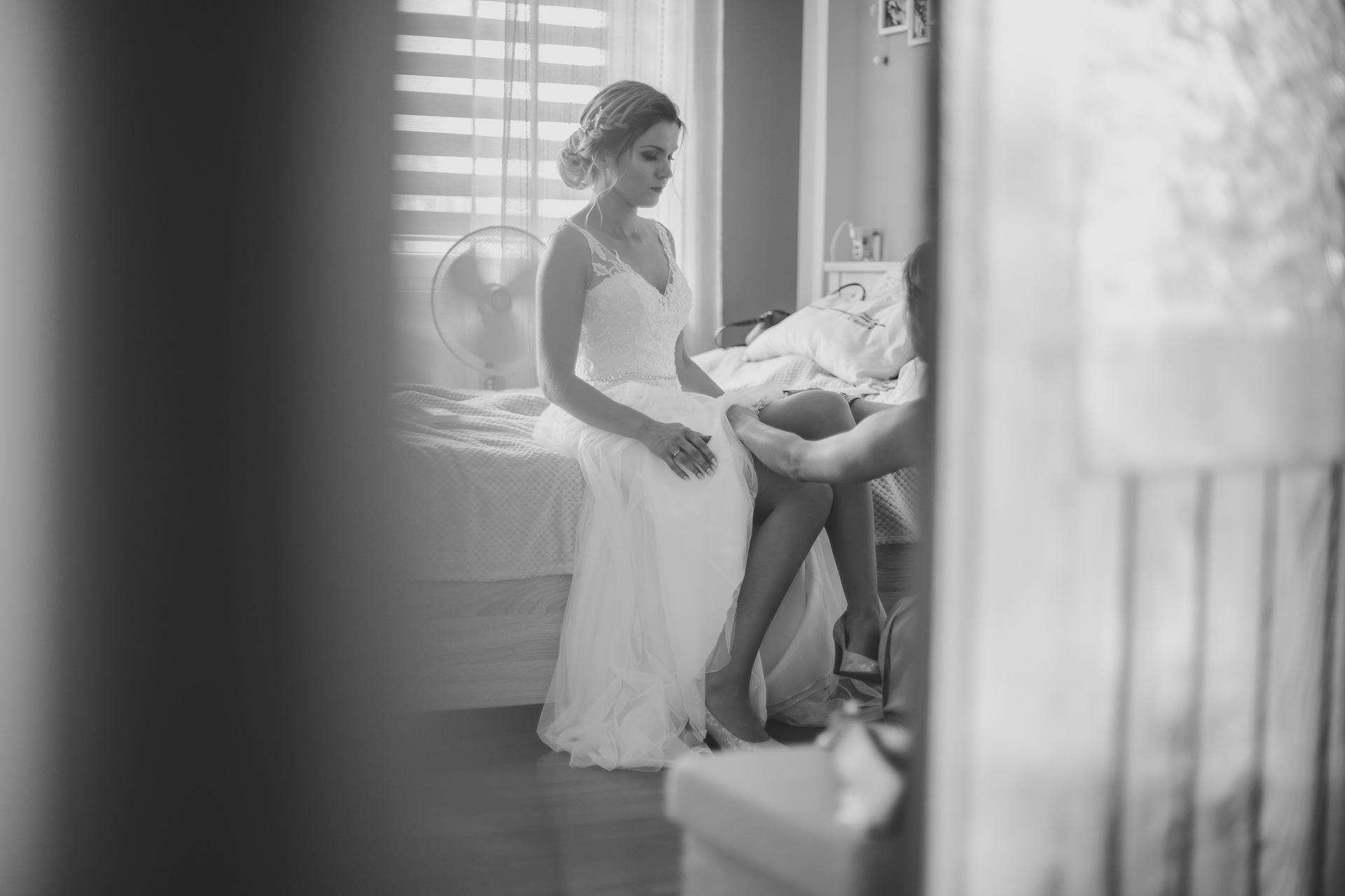 Podwiązka ślubna - zakładanie