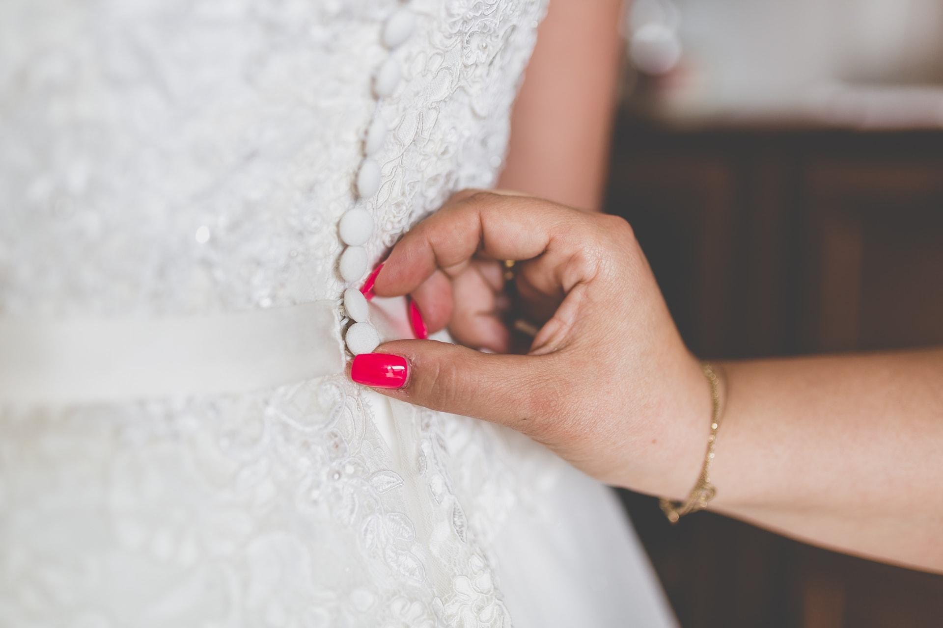 Guziczki przy sukni ślubnej