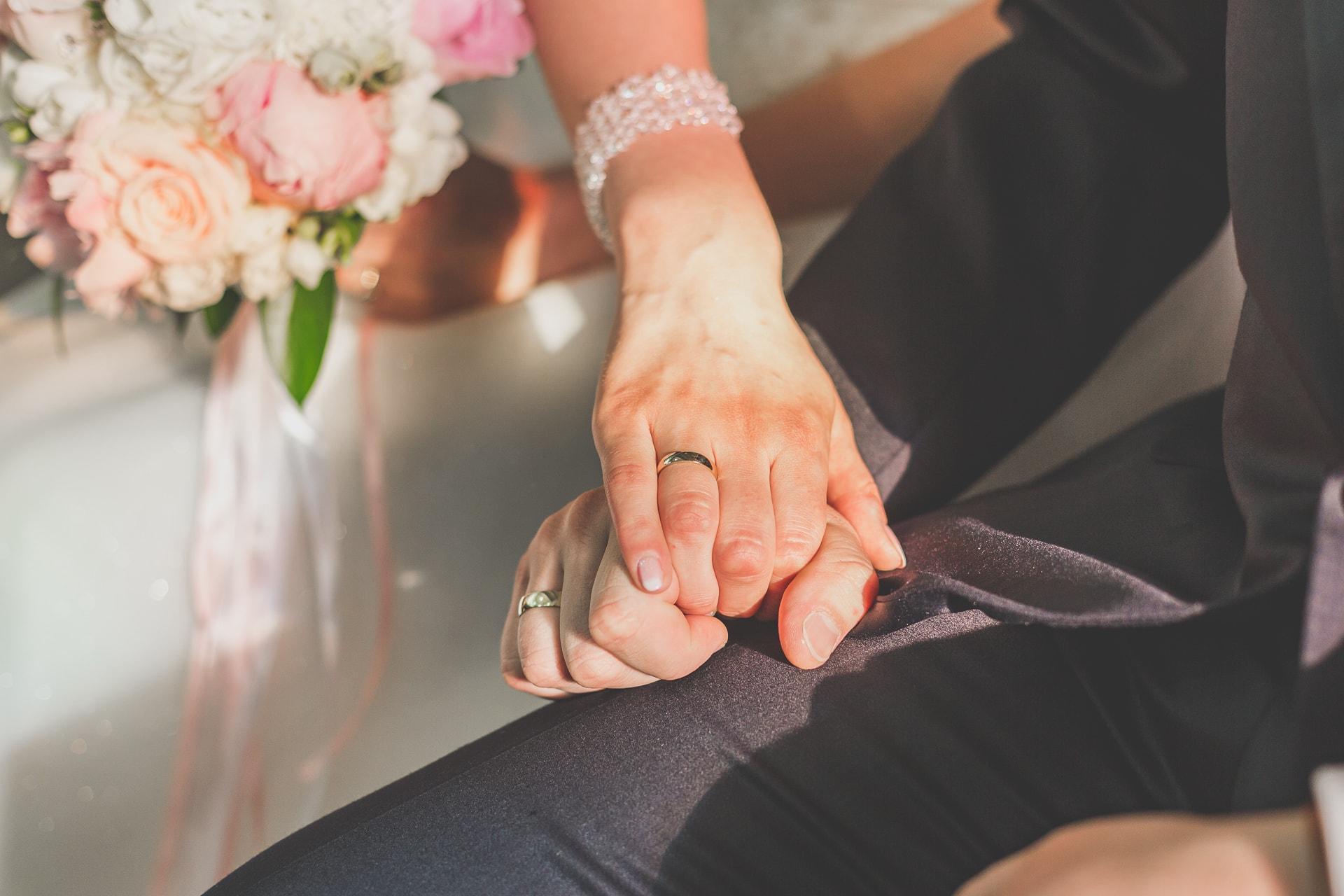Reportaż ślubny - detal dłonie nowożeńców