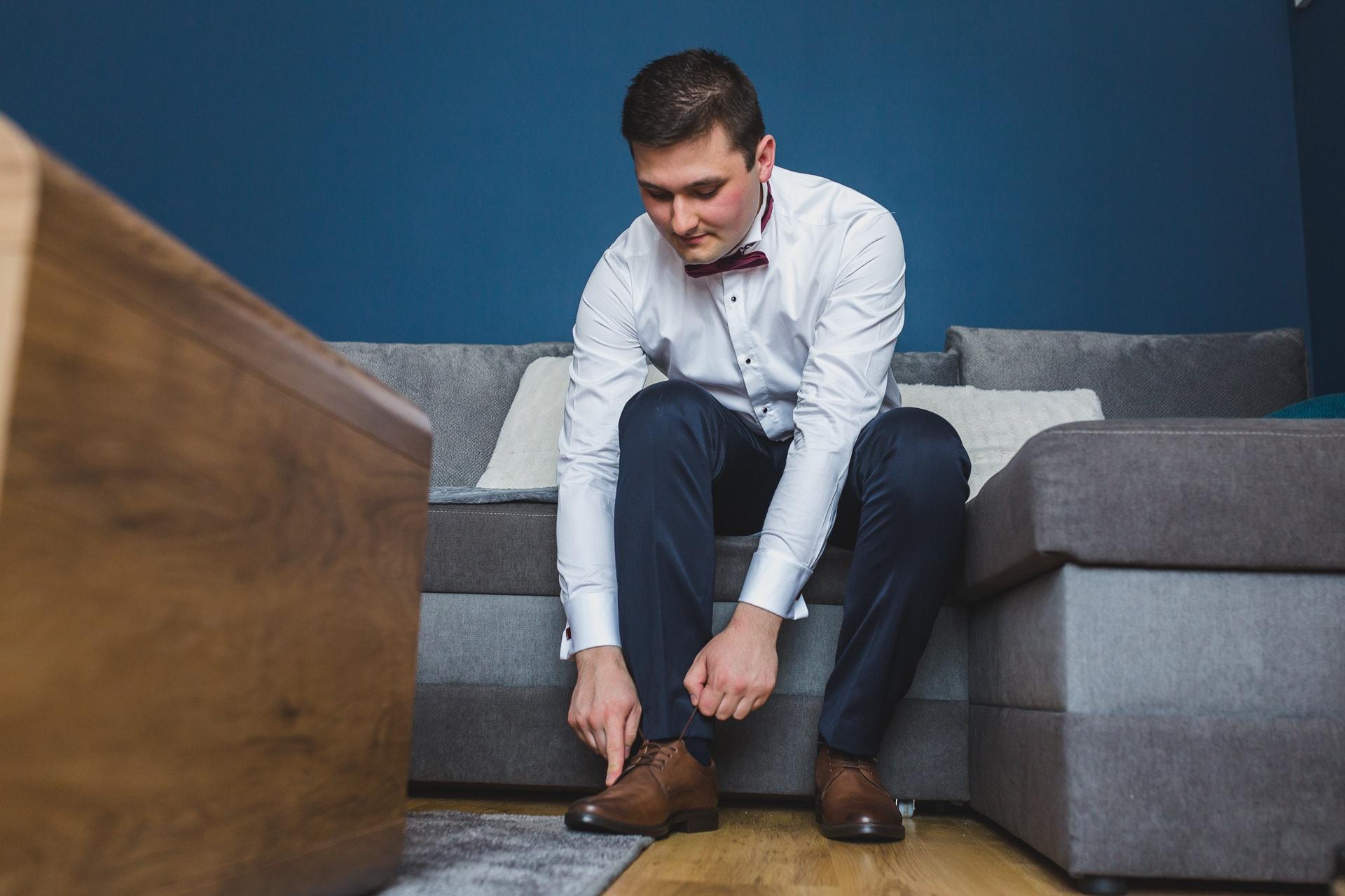 Reportaż ślubny - zakładanie buta
