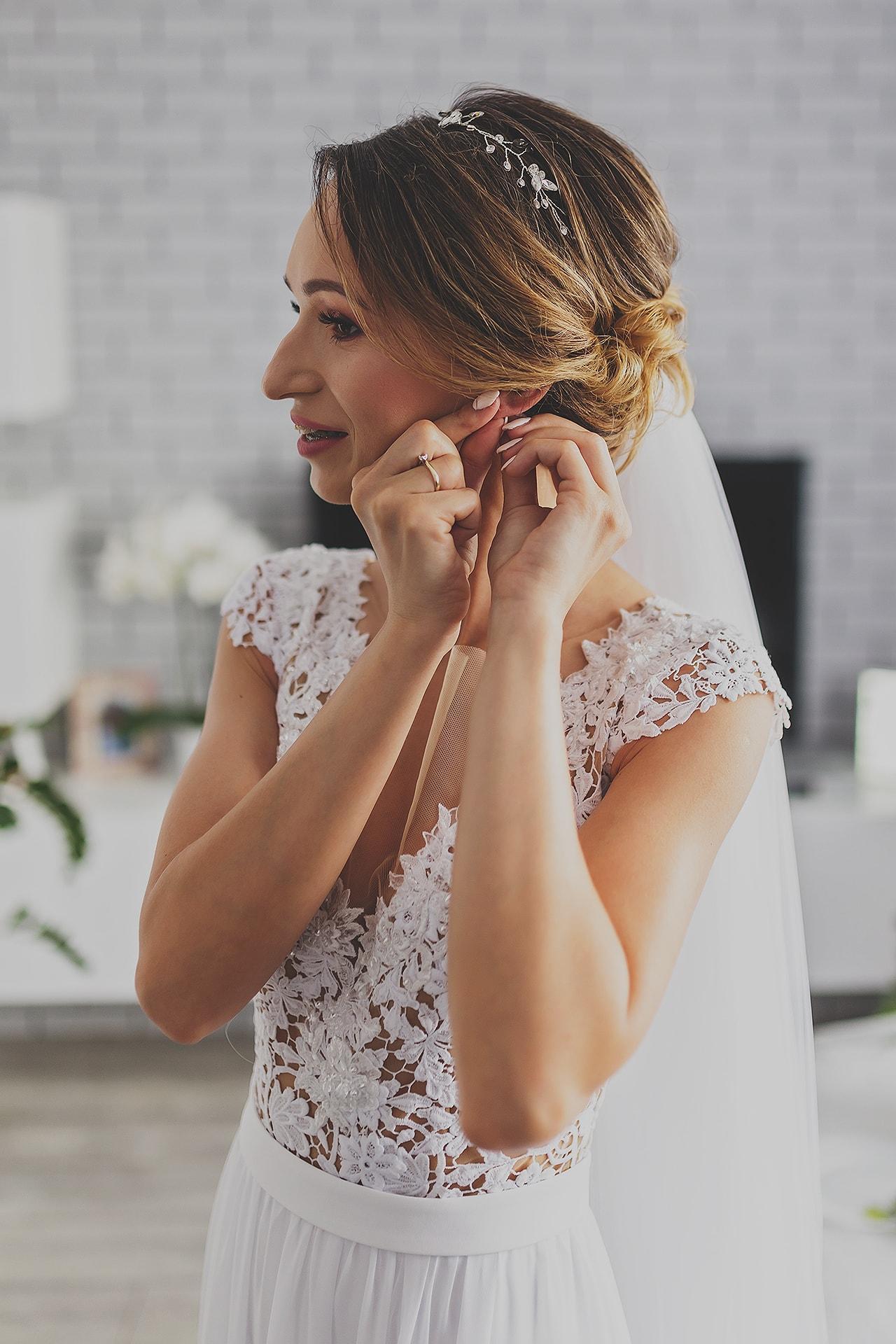 Przygotowania ślubne - zakładanie kolczyka