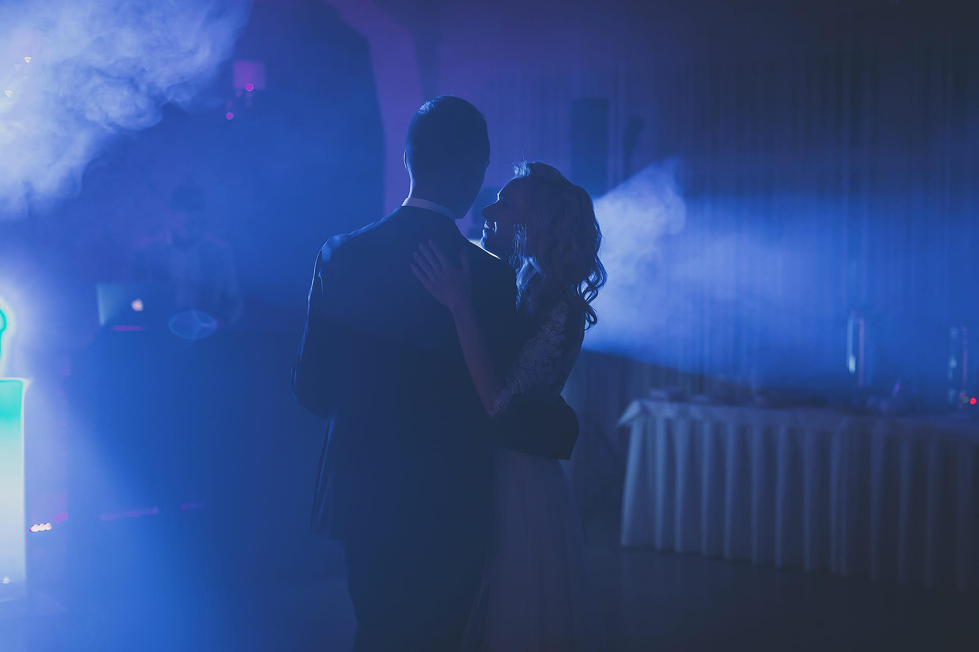 Romantyczny taniec pary młodej
