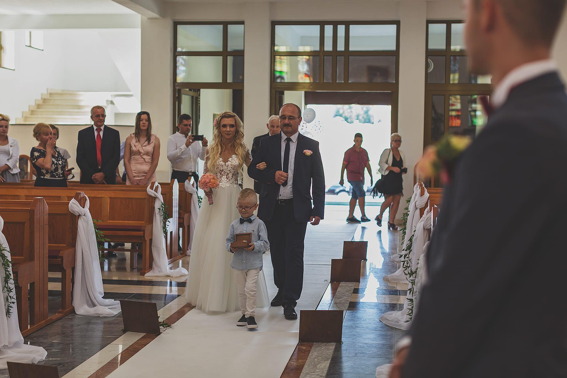 Wejście do kościoła z tatą