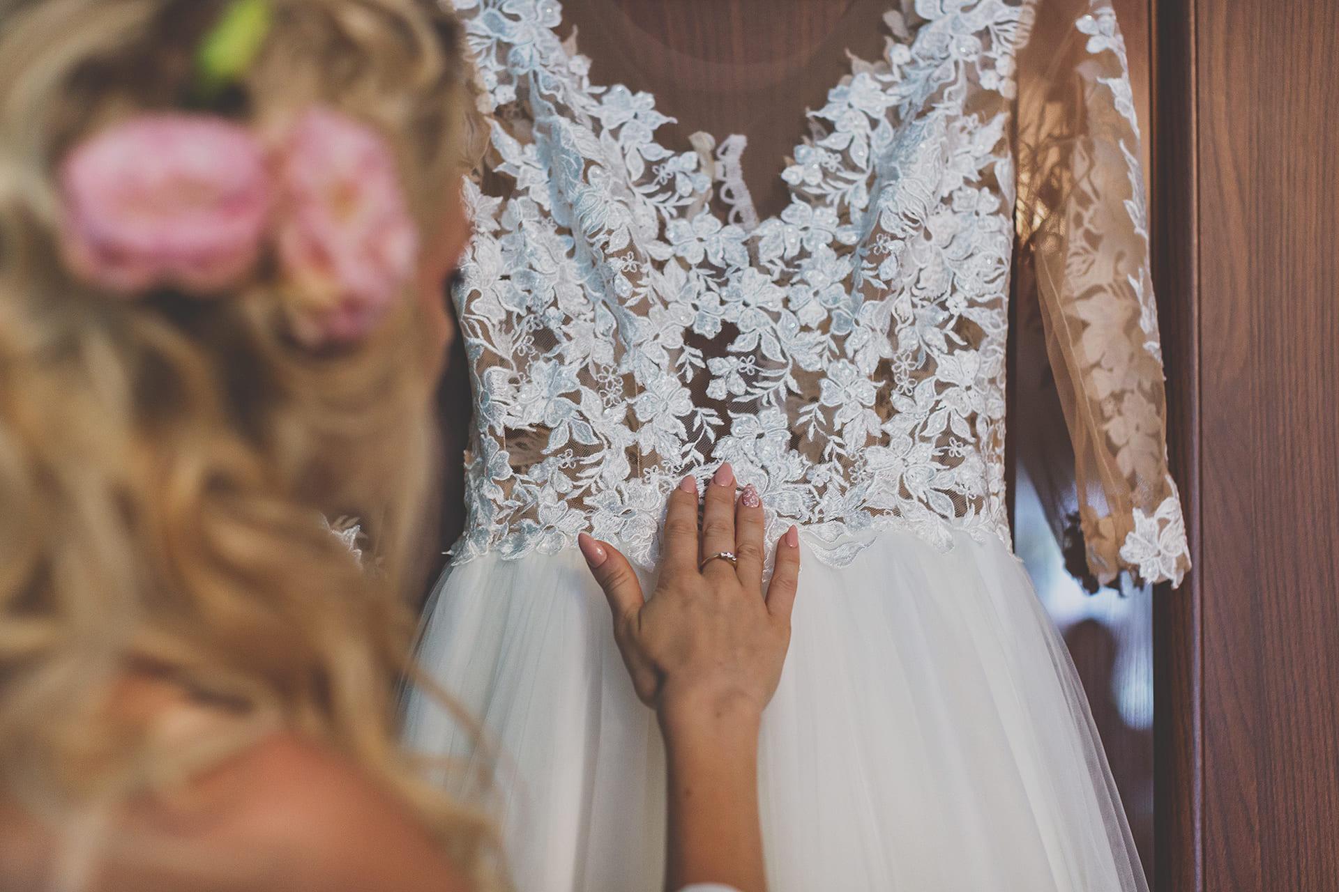 Zdjęcia ślubne - detal - suknia Pani Młodej