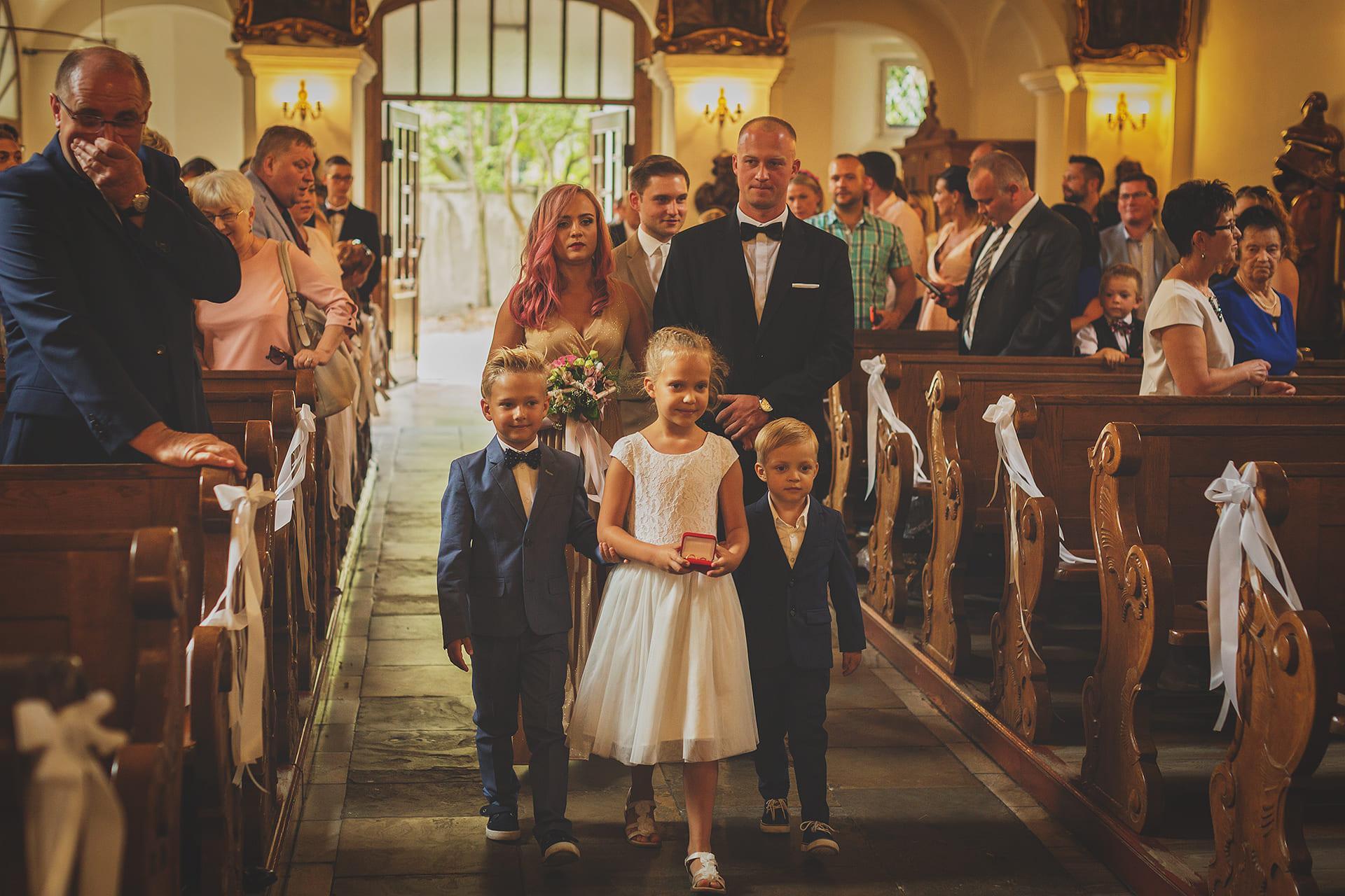 Dzieci wnoszące obrączki ślubne