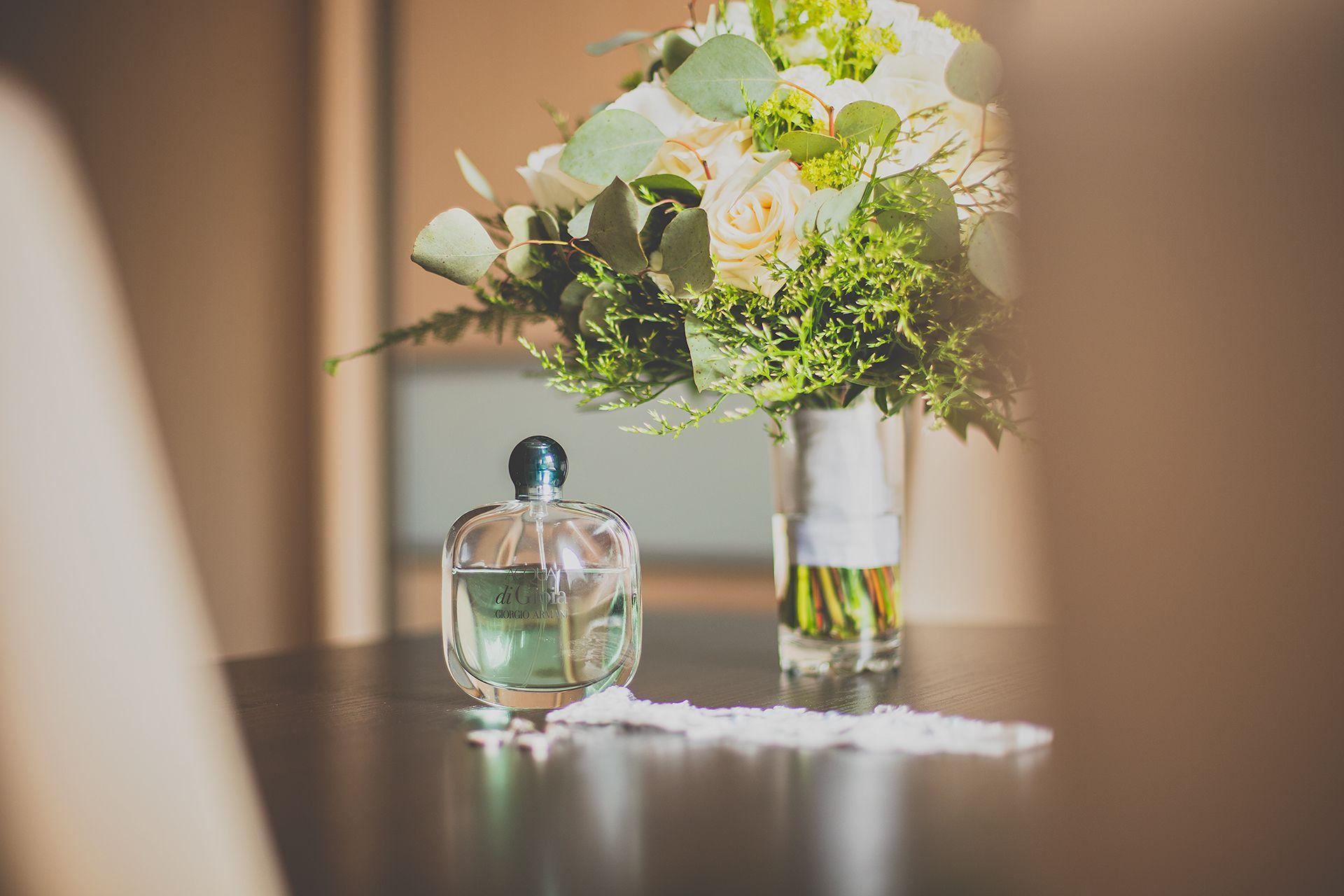 Detal - perfumy ślubne panny młodej