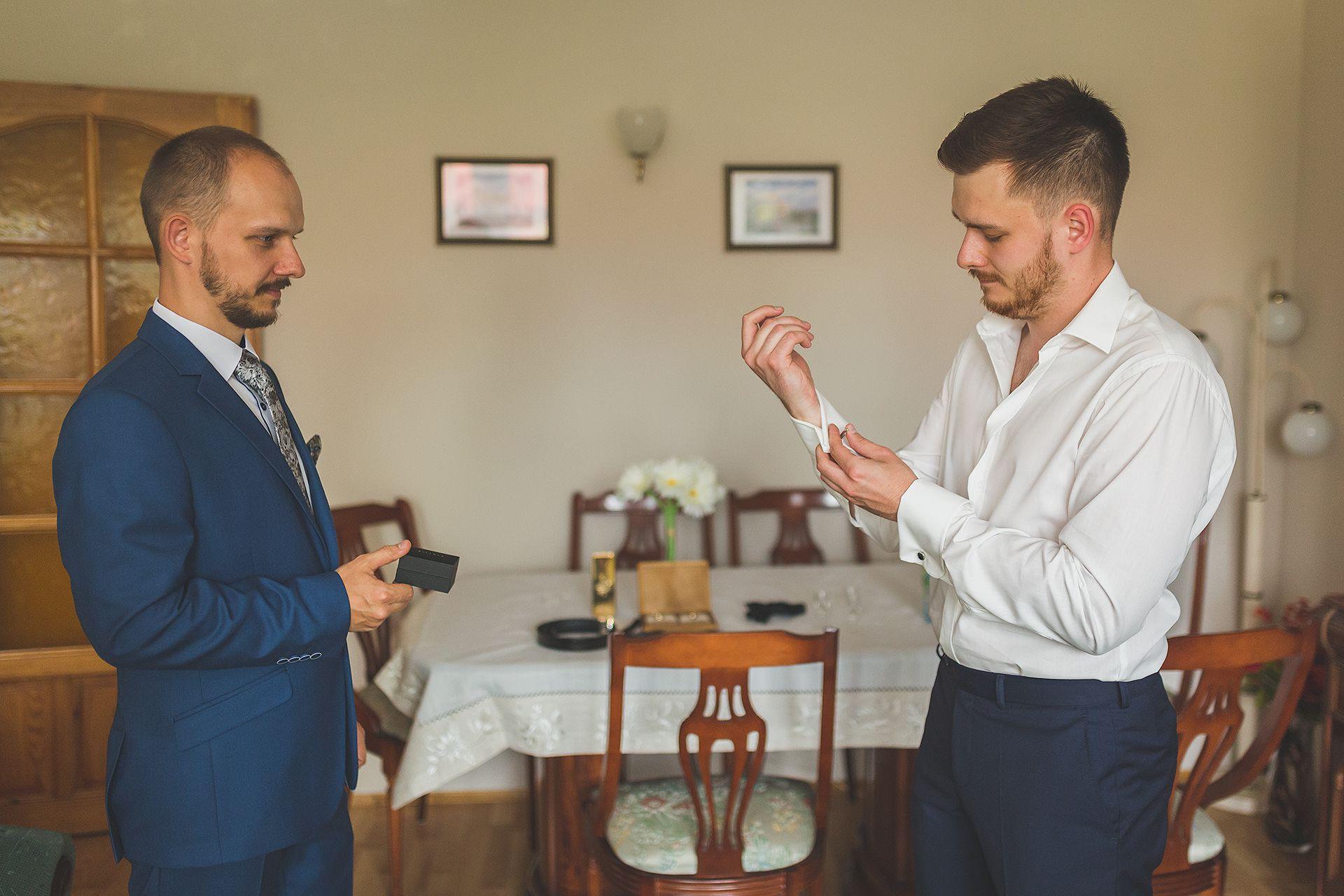 Reportaż ślubny przypinki Pana młodego