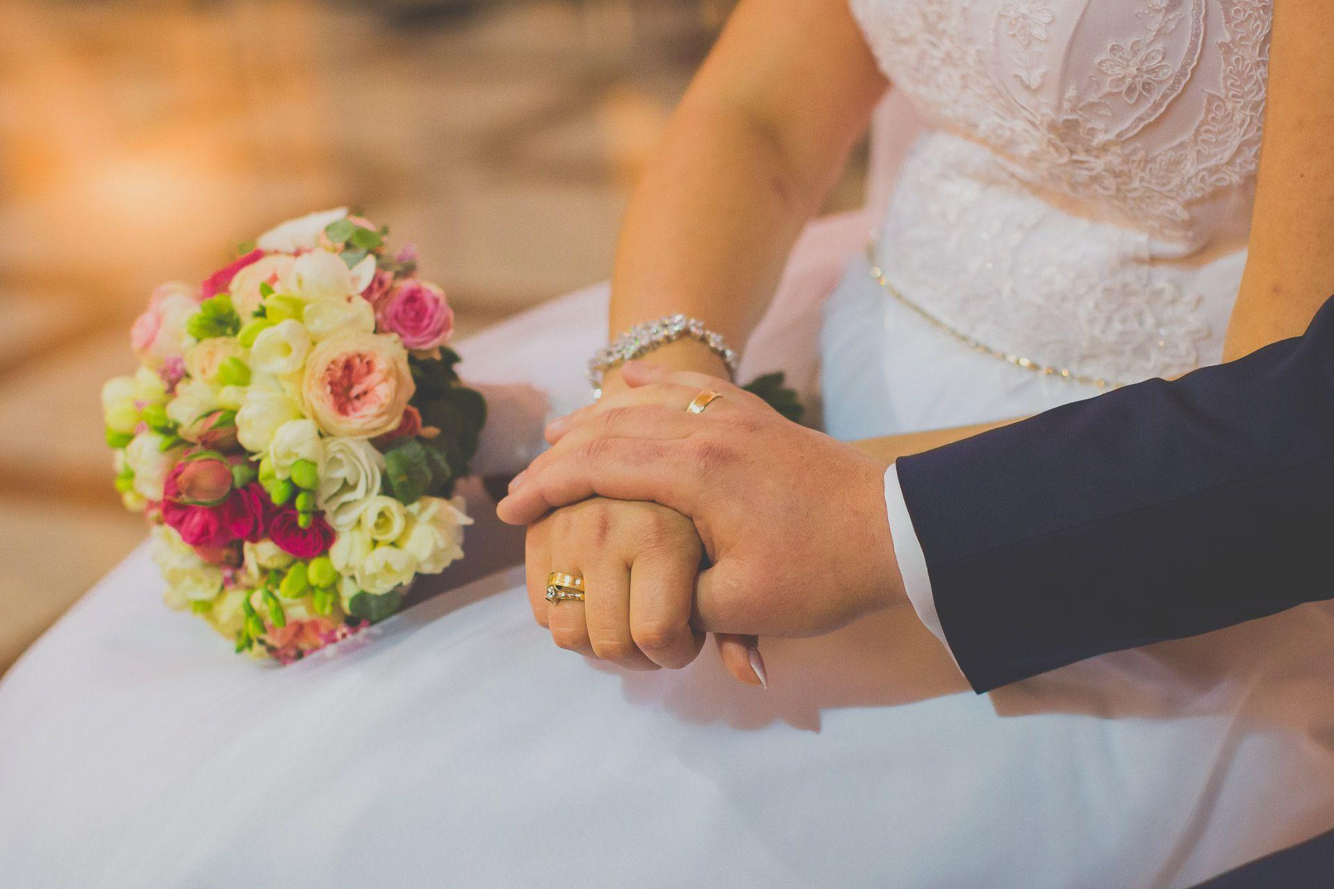Detal ślubny - dłonie nowożeńców