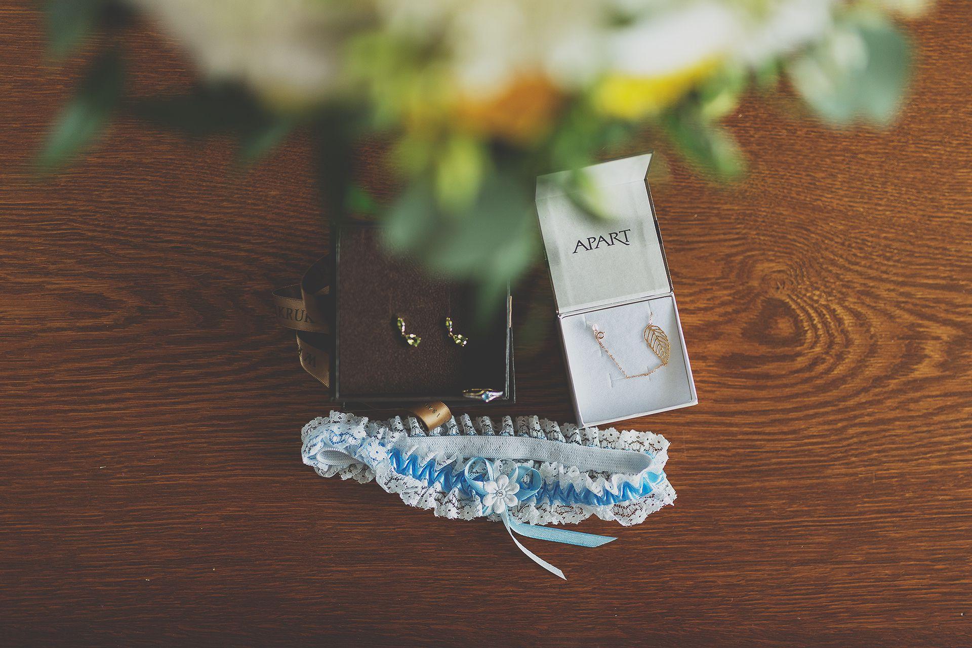 Reportaż ślubny - biżuteria pani młodej