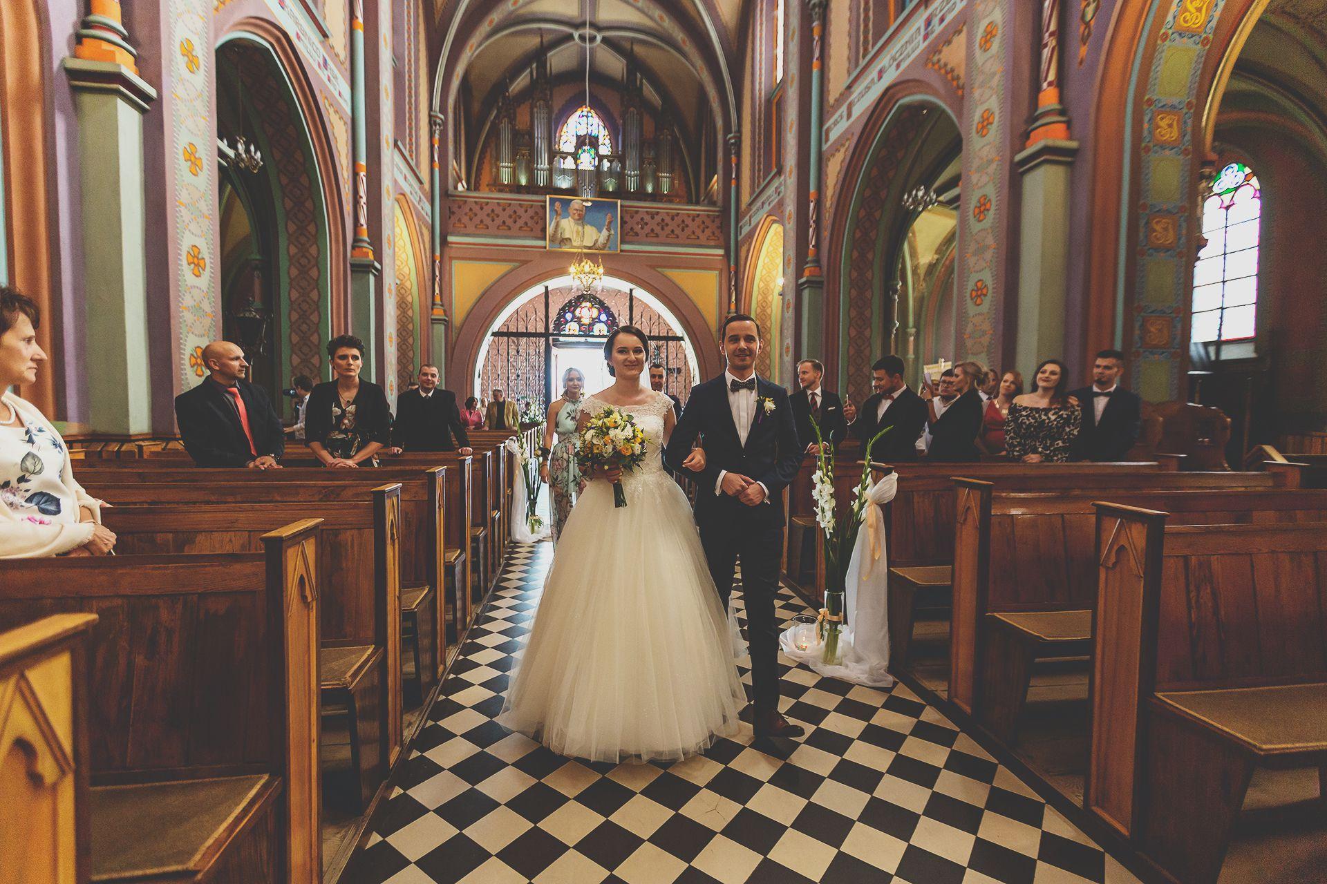 Reportaż ślubny - wejście do kościoła