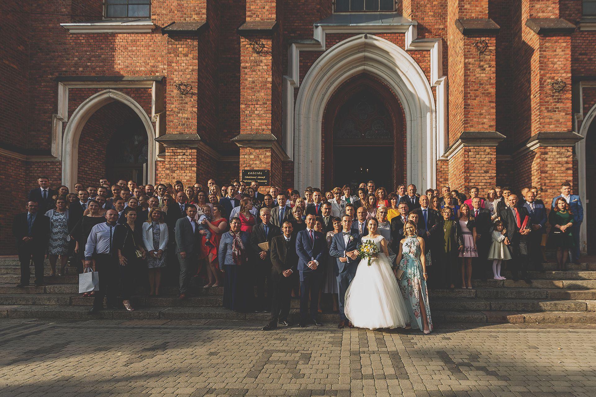 Zdjęcie grupowe przy kościele
