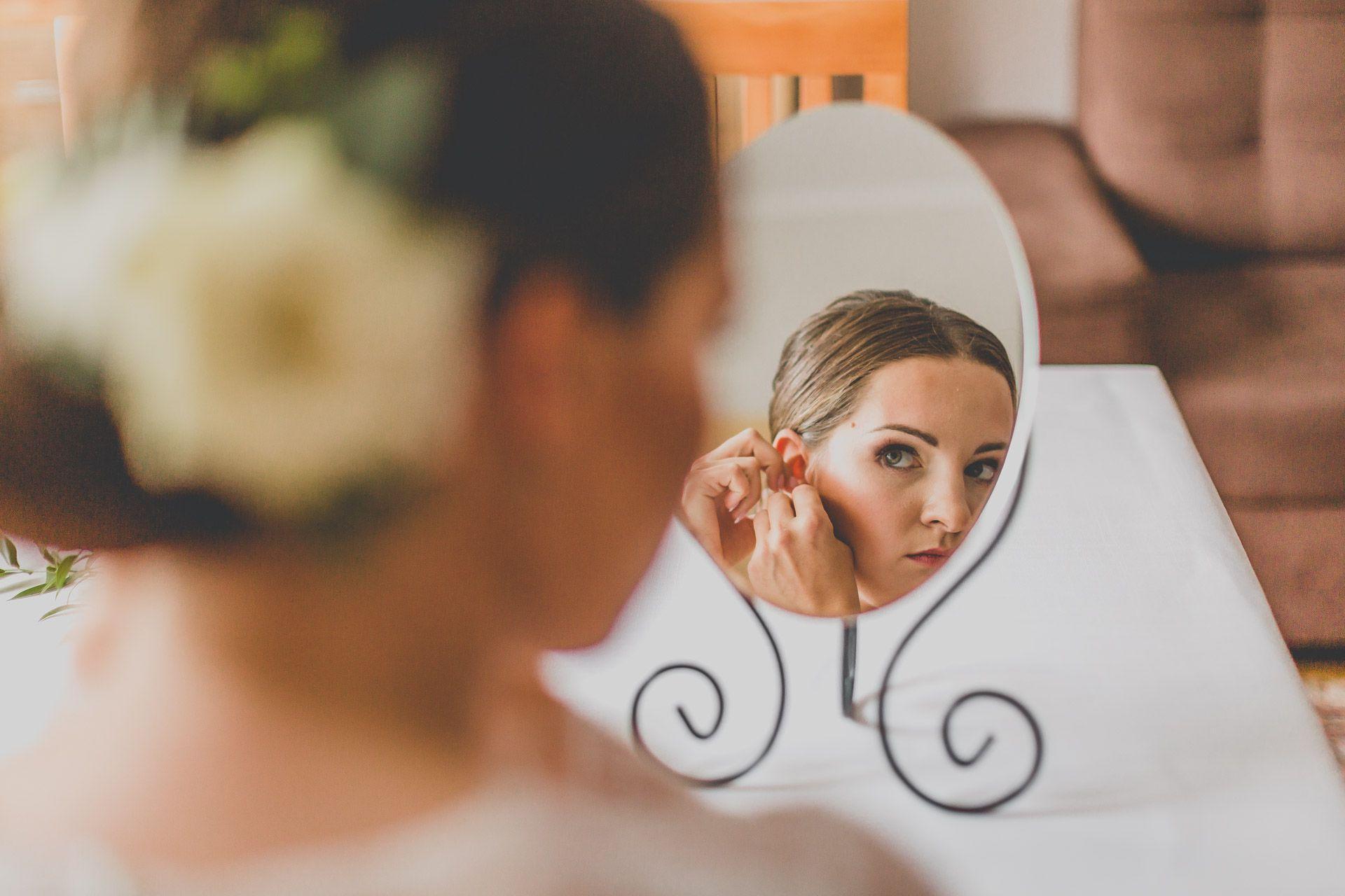 Panna młoda w lustrze
