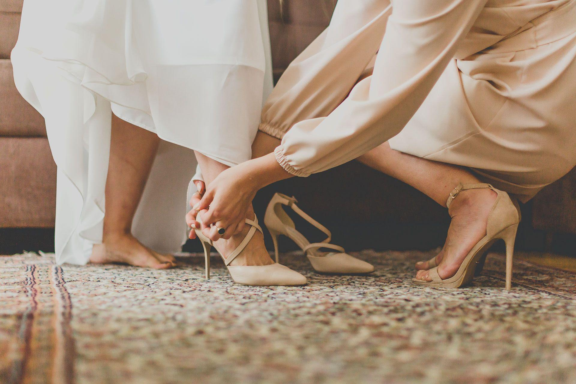 Zakładanie butów ślubnych