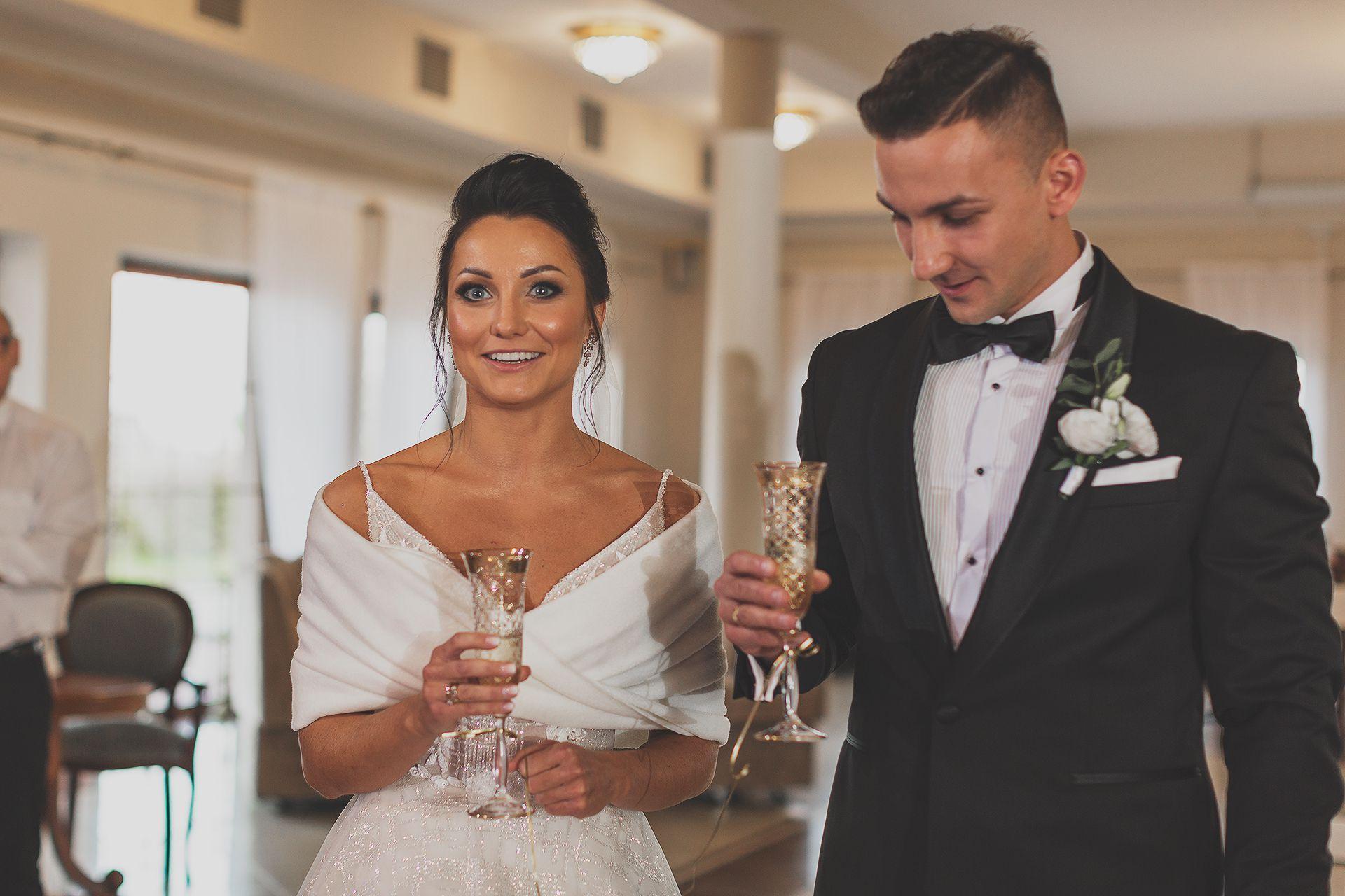 Szampan weselny - reportaż para - młoda