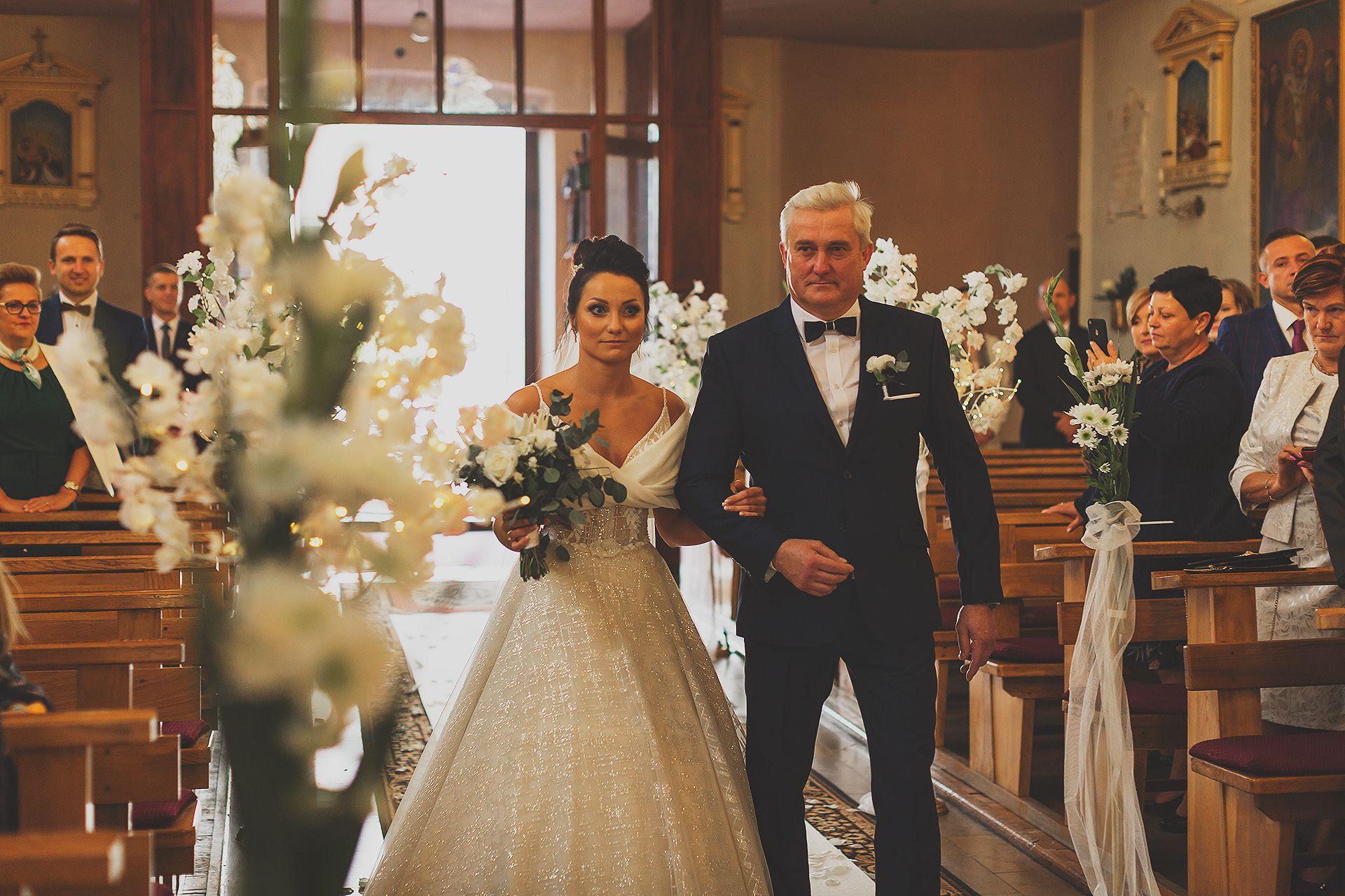 Wejście do kościoła - reportaż ślubny