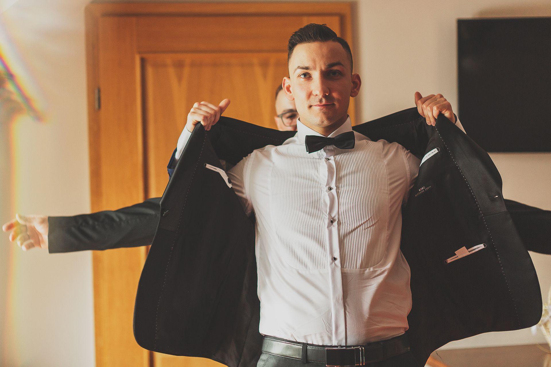 Reportaż ślubny - ubieranie pana młodego