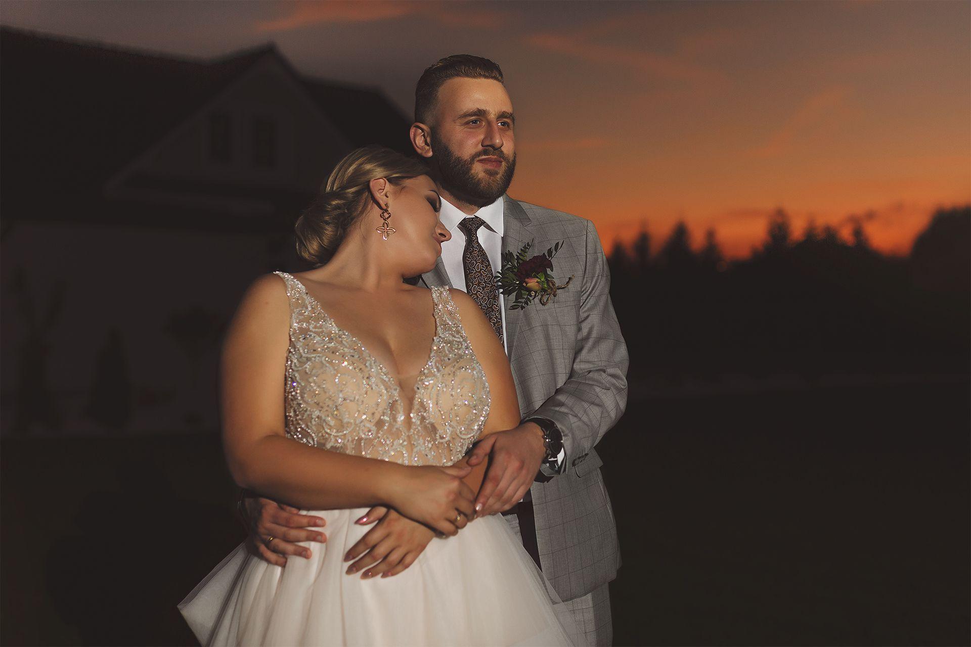 Para młoda przy sali weselnej
